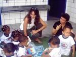 A coordenadora do ISF Deborah Levinson com crianças da creche Mariana Crioula