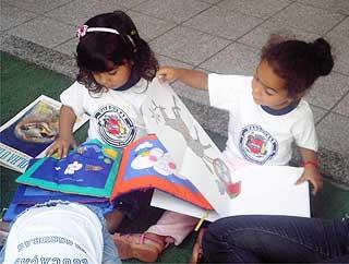 Doação de livros em creches de Vassouras, 2009