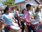 Participantes do Programa de Integração pela Música em cortejo pelas ruas de Vassouras